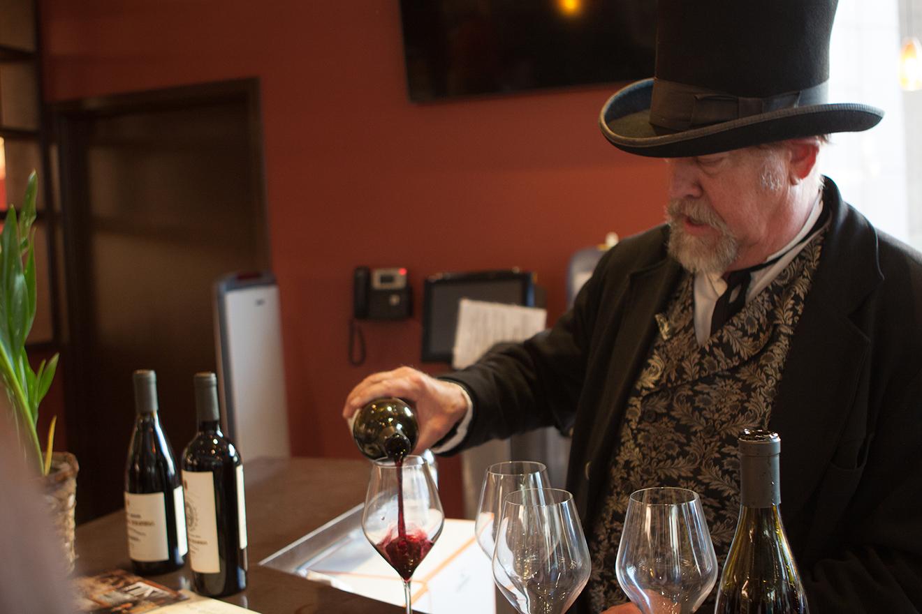 調酒師為客人服務
